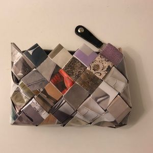 Handbags - Wristlet made of recycled magazines